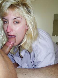 Зрелая блонда показала свою грудь - секс порно фото