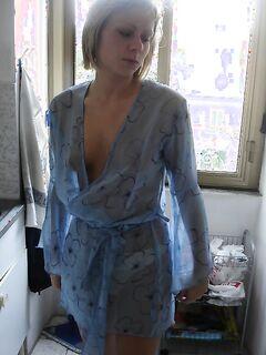 Голая блонда позирует на камеру - секс порно фото