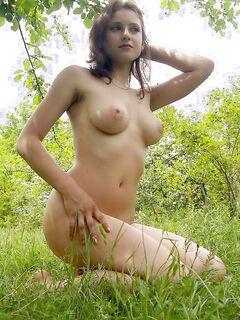 Молодая  оголила свое тело - секс порно фото