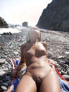 Молодая красотка оголила свои сиськи - секс порно фото