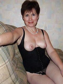 Молодые зрелые и мамки показывают свои вагины - секс порно фото