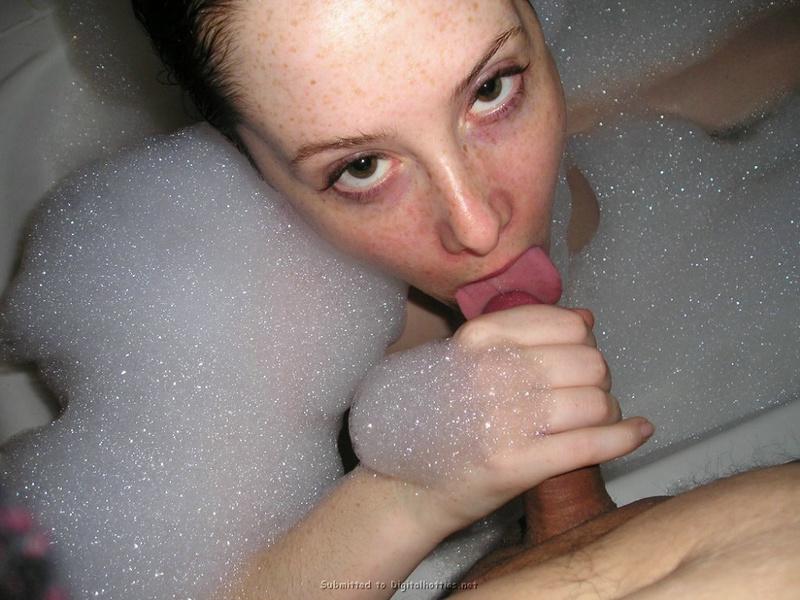 Обычная девушка сосет и дрочит упругий член партнера в пенной ванне - секс порно фото