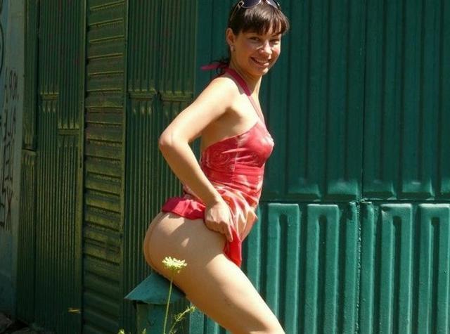 Эксгибиционистка становится все более откровенной с каждым днем - секс порно фото