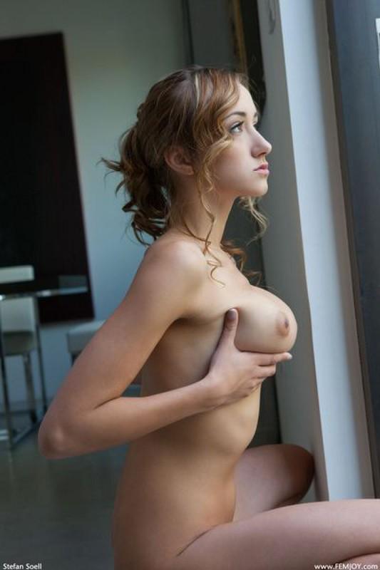 Худенькая модель с огромными сиськами нежно двигает телом - секс порно фото