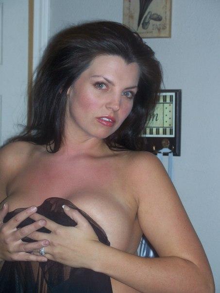 Страстная грудастая женщина готова скрасить мужское одиночество - секс порно фото