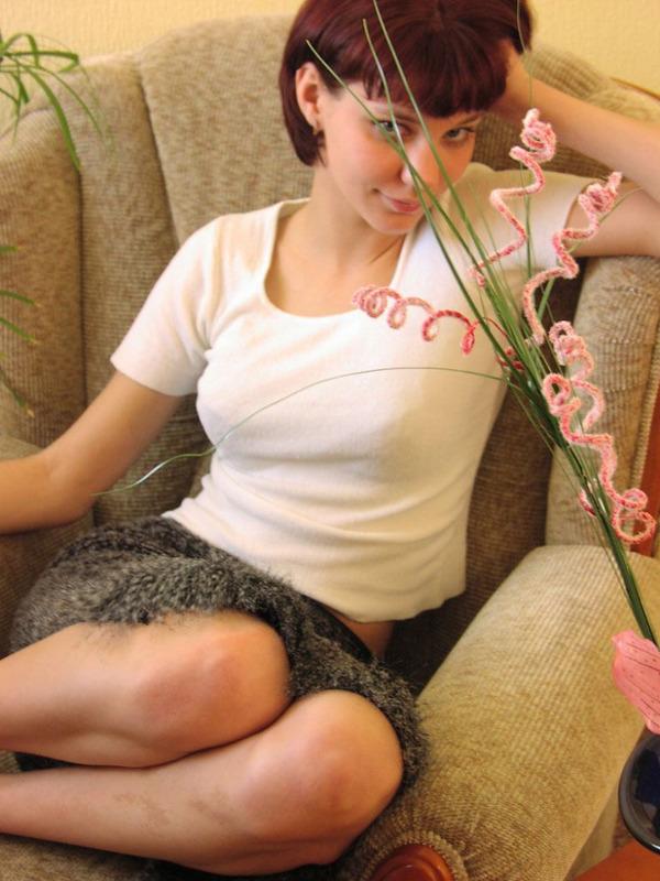 Сладкая брюнетка снимает бельишко в кресле - секс порно фото