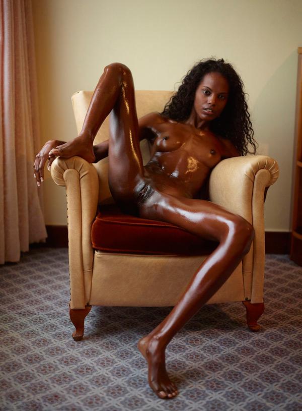 Худенькая шоколадная девушка позирует в кресле - секс порно фото