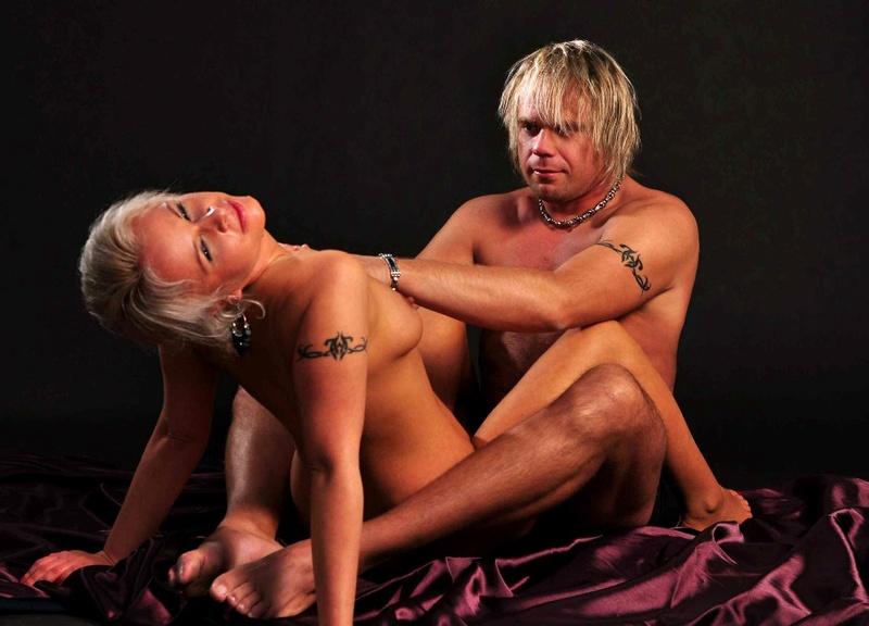 Развратная блондинка не любит скучать - секс порно фото