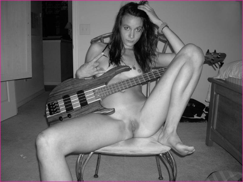 Гитаристка дрочит киску дилдо на постели - секс порно фото