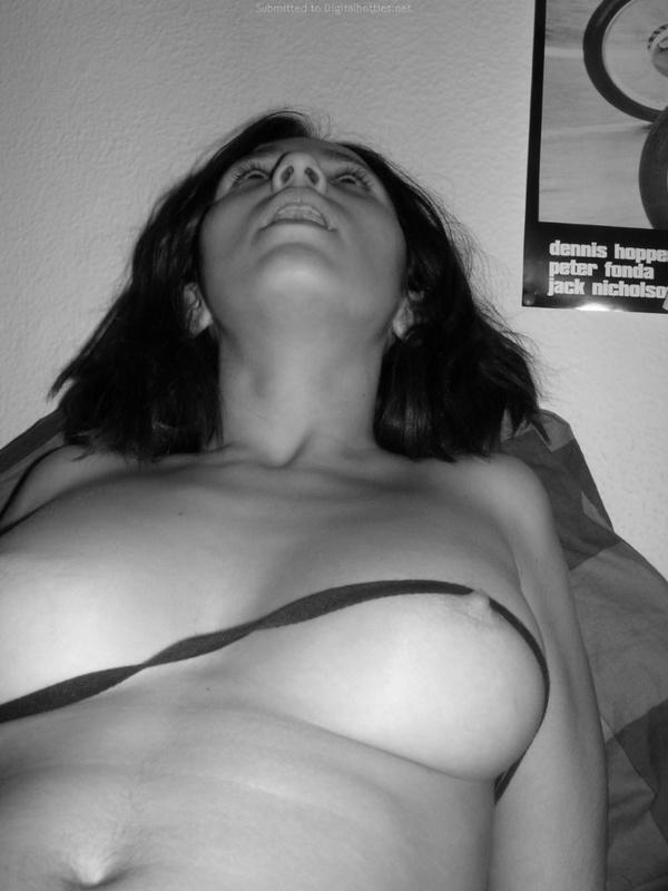 Черно-белый секс с игривой горячей девушкой с волосатой киской - секс порно фото
