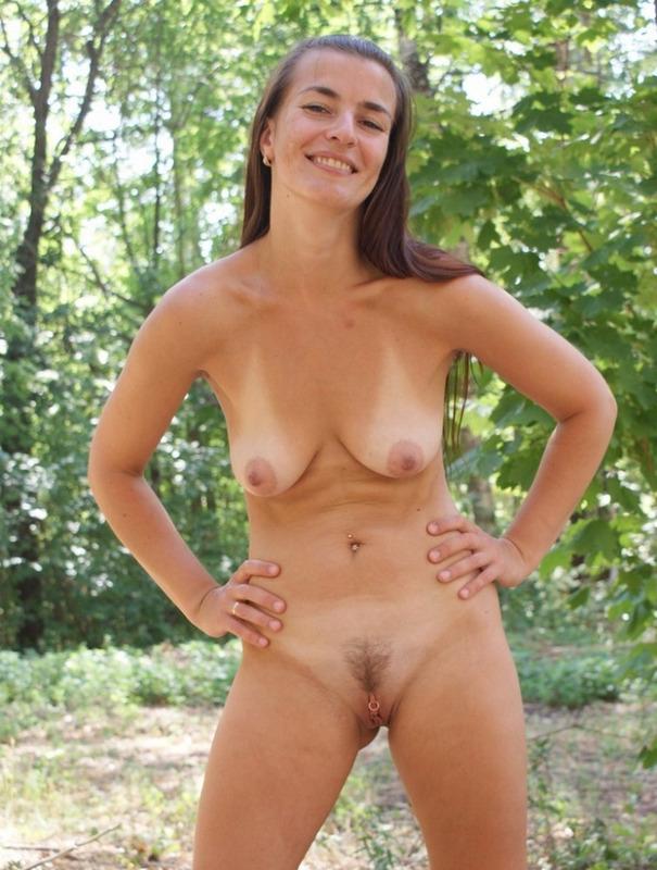 Сексуальная девушка подает себя на блюдечке - секс порно фото