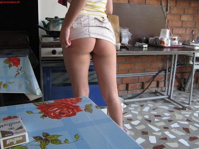 Одна дающая девушка любит позировать на камеру - секс порно фото