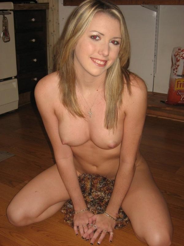 Голая девица сидит на корточках и возбуждает саму себя - секс порно фото