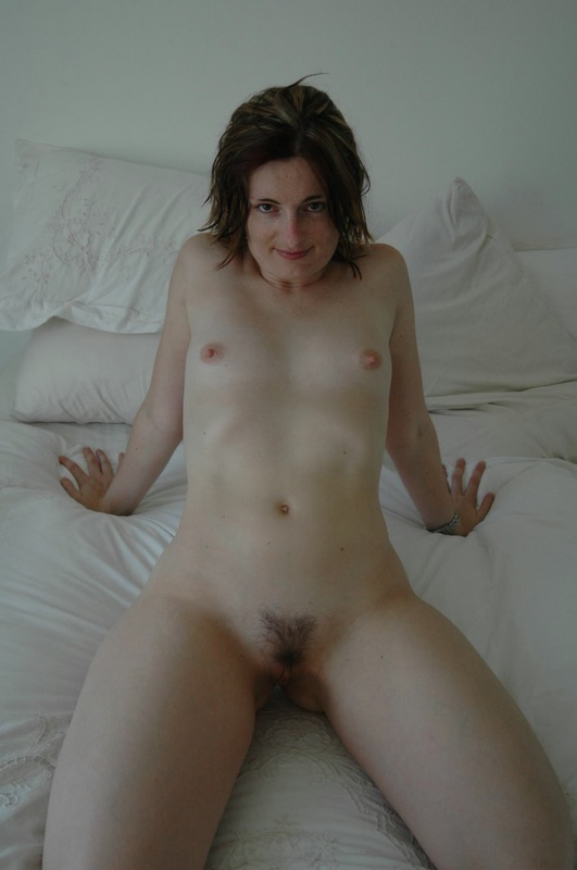 Голая кокетка может взять член в ротик после ерзания на постели - секс порно фото