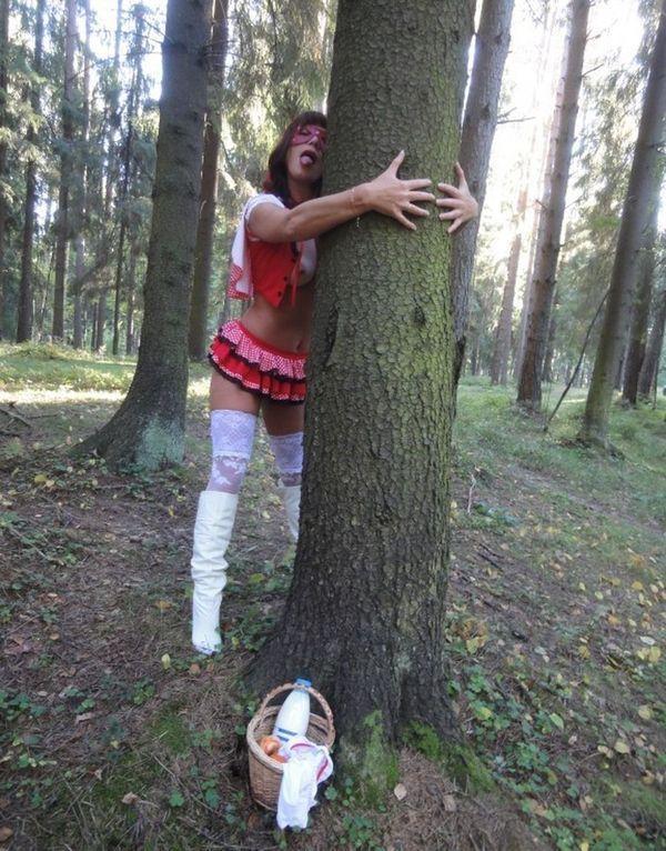 В лесу показала свои прелести - секс порно фото