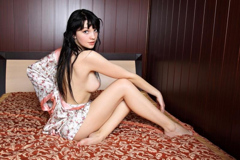 Броская брюнетка так и жаждет раздвинуть ножки на кровати - секс порно фото