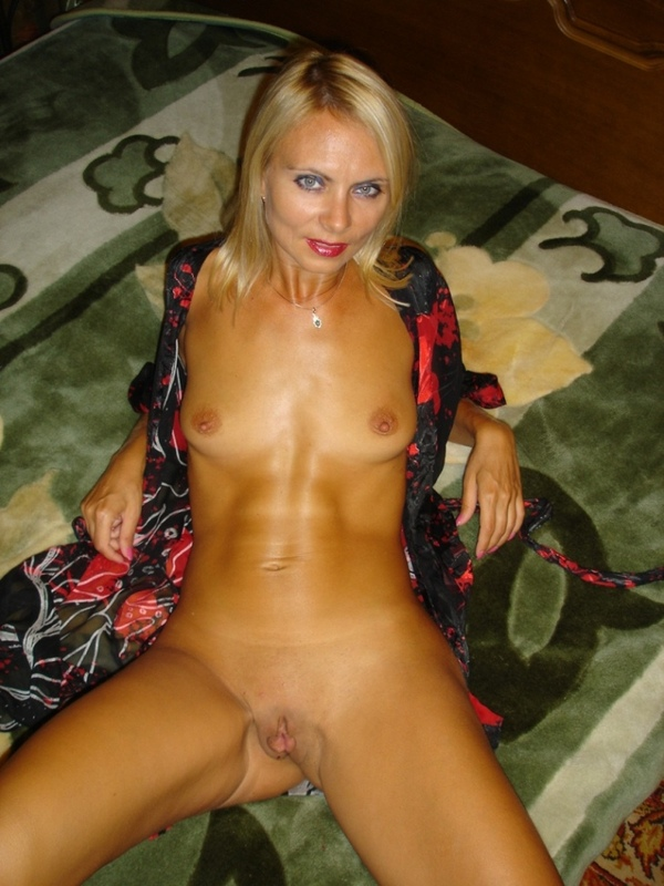 У наглой блондинки рогатки расставляются сами по себе в разные стороны - секс порно фото