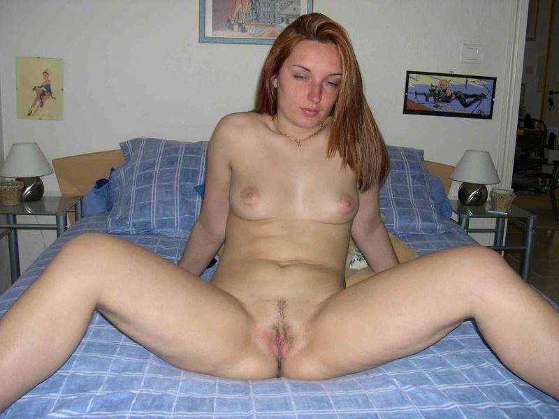 Раскидывает ножки и показывает писю - секс порно фото
