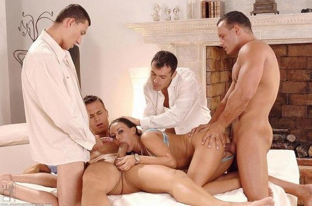 Групповуха по-домашнему - секс порно фото