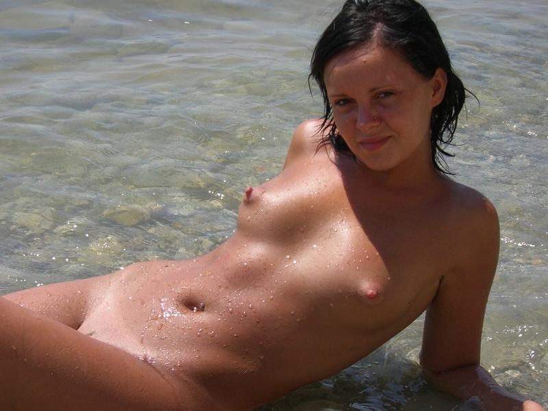 Голая брюнетка показала свое тело у моря - секс порно фото