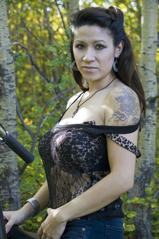 Мамка в лесу разделась до гола - секс порно фото
