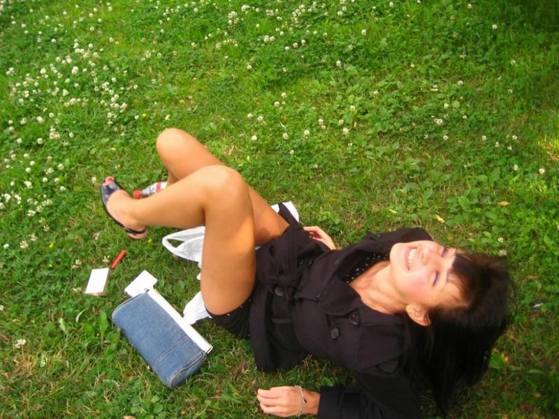 Отпадная молодая девка играет с писей - секс порно фото