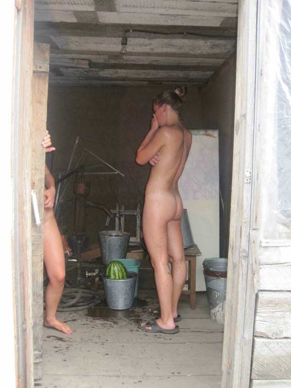 Молодые девки развлеклись в селе - секс порно фото