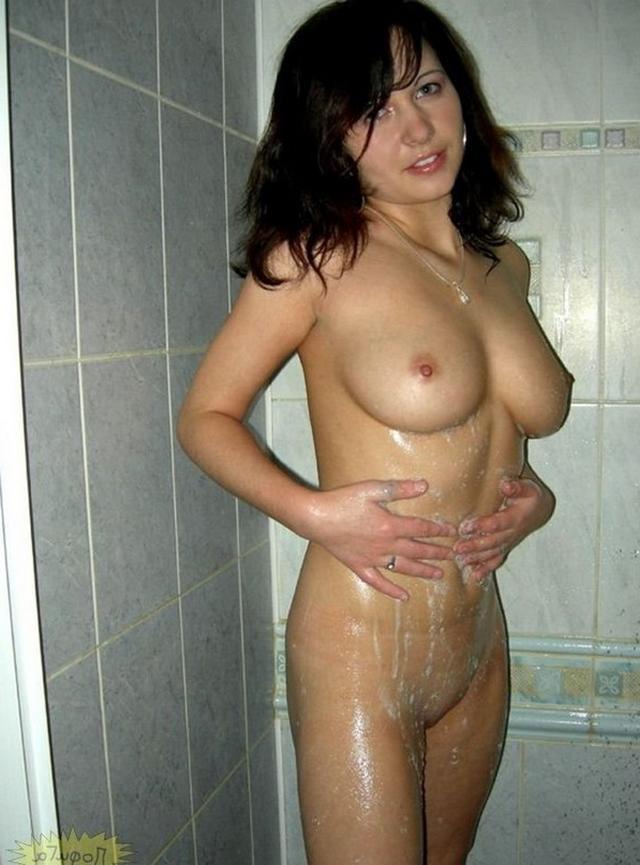 Частные снимки молодых девушек в комнате и ванной - секс порно фото