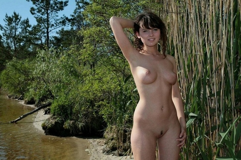 Худая девка позирует на берегу речки - секс порно фото