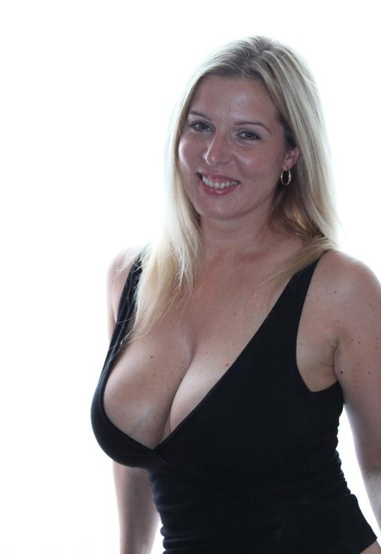 Голая блондинка позирует на камеру - секс порно фото