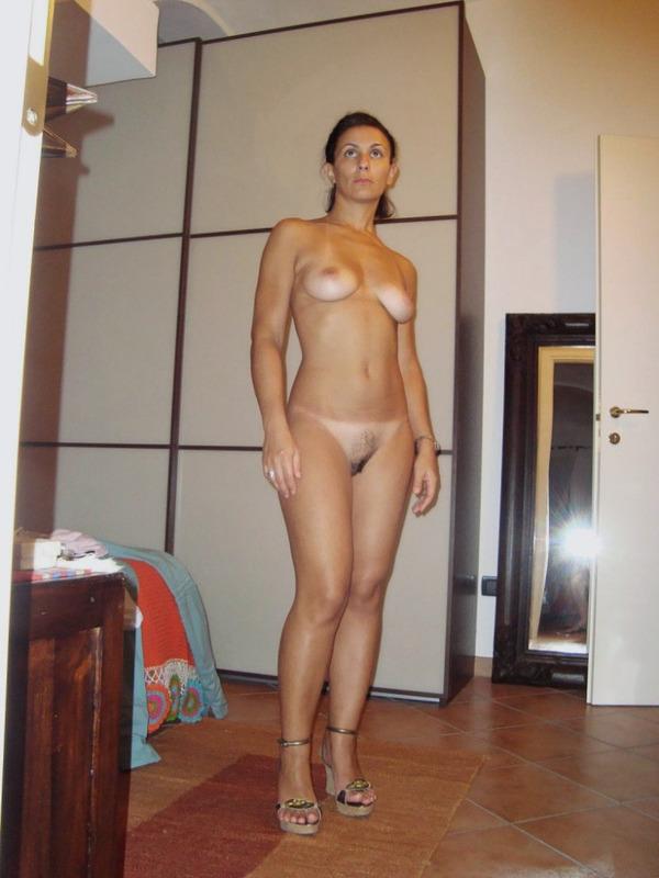 Голая зрелая тетка разделась перед камерой - секс порно фото