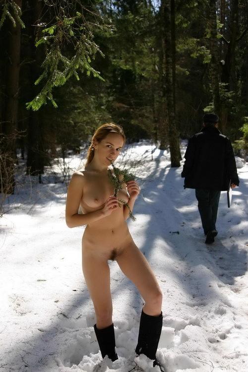 Молодая девка с волосатым лобком голая  - секс порно фото