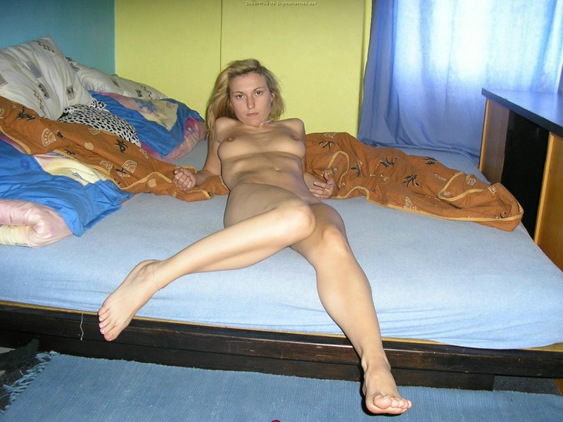 Домашняя эротика милой блондинки - секс порно фото