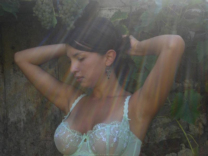 Голая сисястая брюнетка позирует - секс порно фото