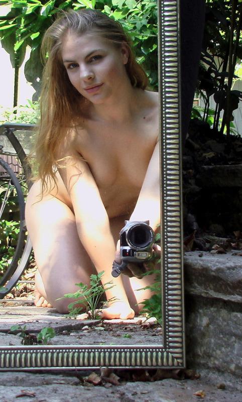 Фотографирует свою вагину в зеркале - секс порно фото