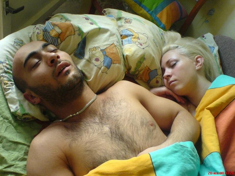 Позирует пока парень спит рядом - секс порно фото