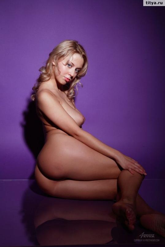Сексуальная блондинка демонстрирует себя - секс порно фото
