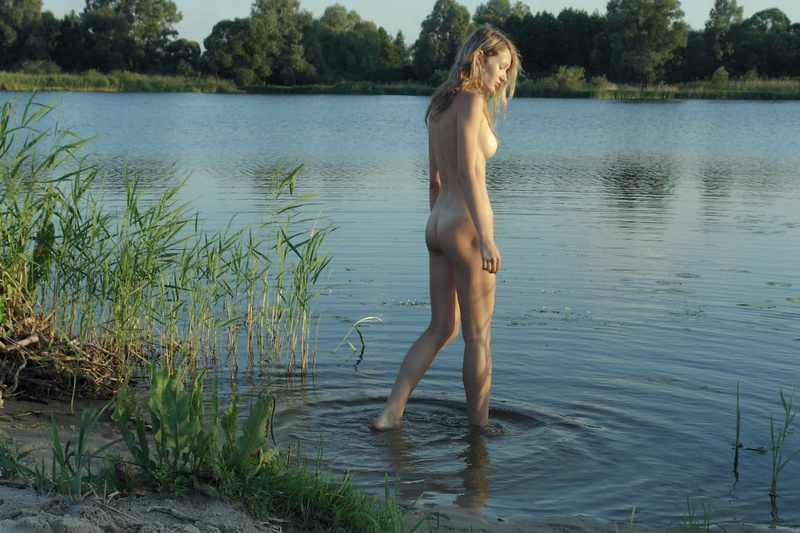 Блондинка  оголилась - секс порно фото