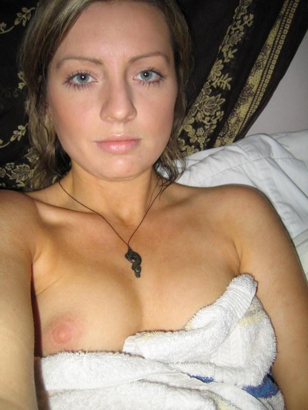 Трахает себя в вагину затем в попу - секс порно фото