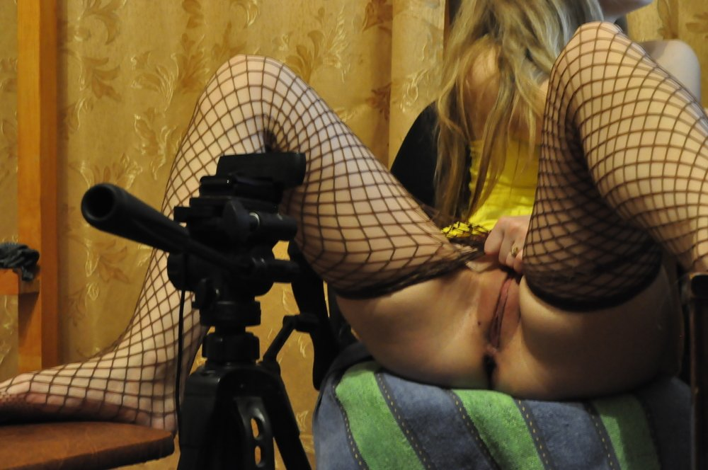 Сует в зад большую секс игрушку - секс порно фото