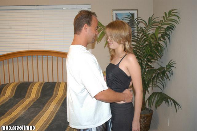 Блондинка затем брюнетка трахаются дома - секс порно фото