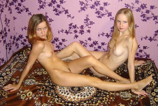 Сочные лесбиянки теребят писики друг другу - секс порно фото
