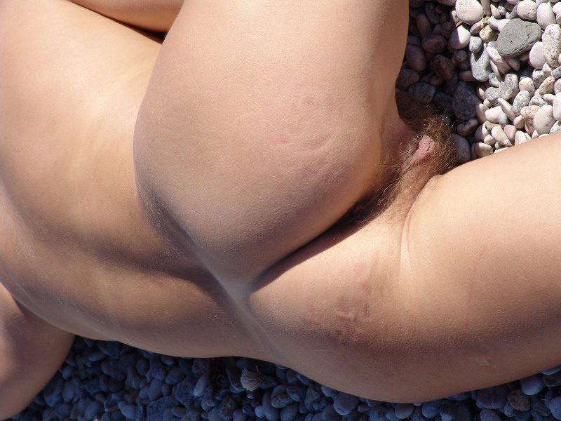 Демонстрирует волосатый лобок и спортивную фигуру - секс порно фото