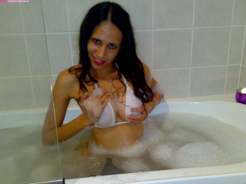 Молоденькая брюнетка позирует в ванной - секс порно фото