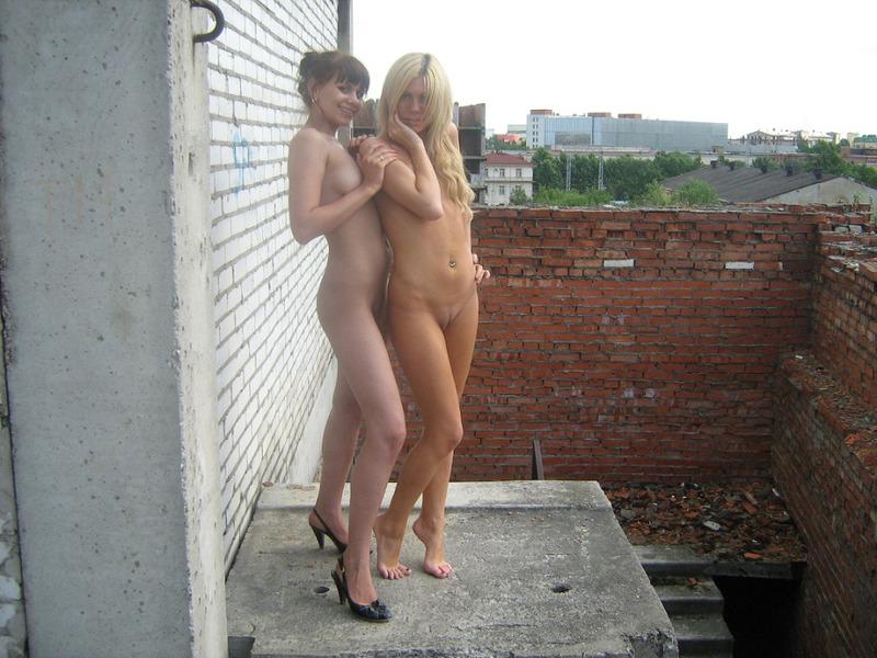 Сочные подруги позируют голыми на стройке - секс порно фото
