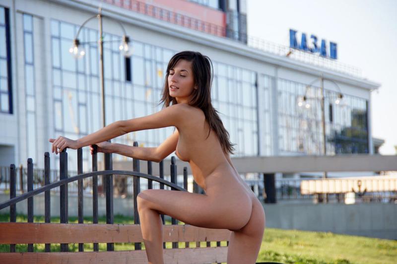 Показывает влагалище на вокзале - секс порно фото
