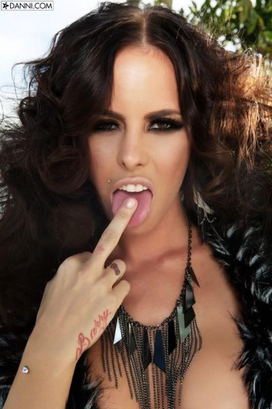 Сует пальчик в сладкую вагину - секс порно фото