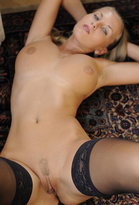 Голая блонда разделась перед нами - секс порно фото