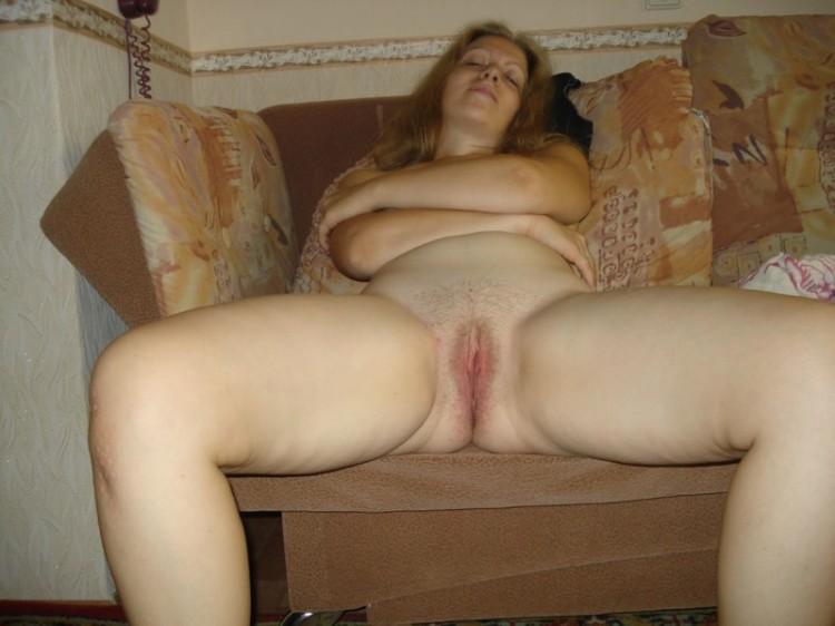 Голая мамка показала волосатый лобок - секс порно фото