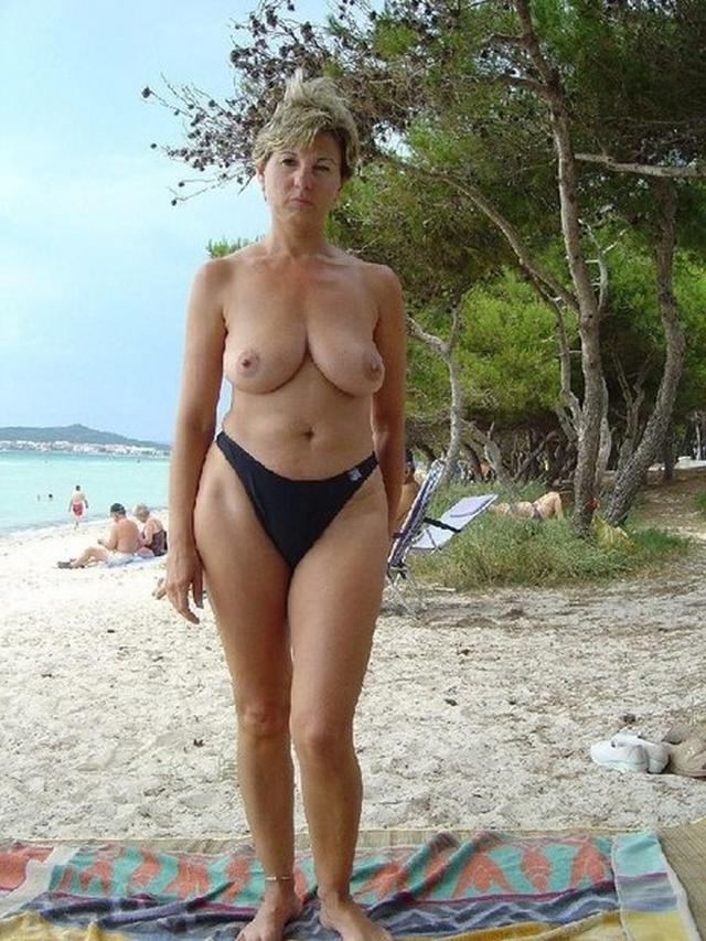 Похотливая зрелая блонда раздевается - секс порно фото